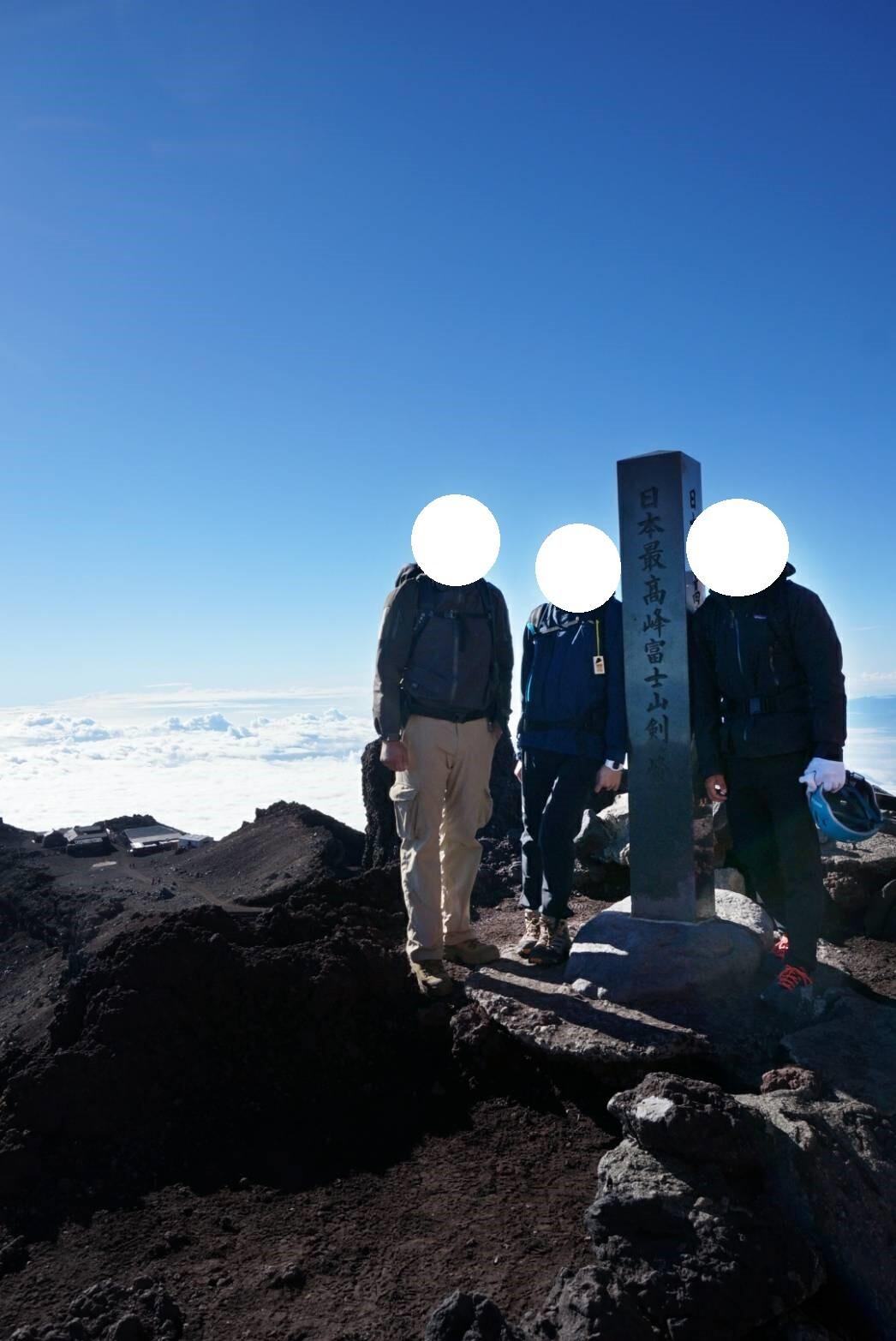 剣ヶ峰の山頂と筆者