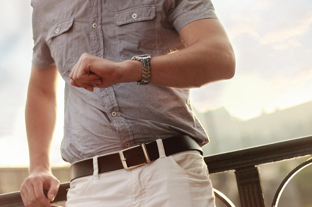 時計を手にする男性